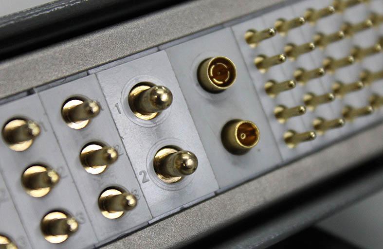 detalle conector mulicontacto rectanguar ALFAR con insertos coaxiales ALFA'R